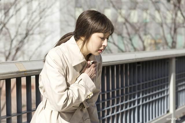 胸が痛む女性