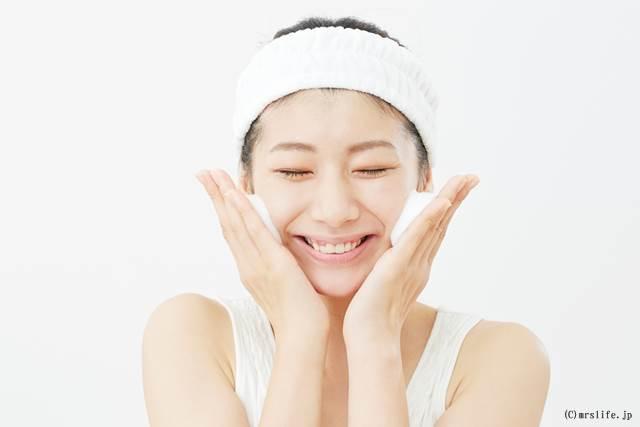 洗顔クリームを塗っている女性