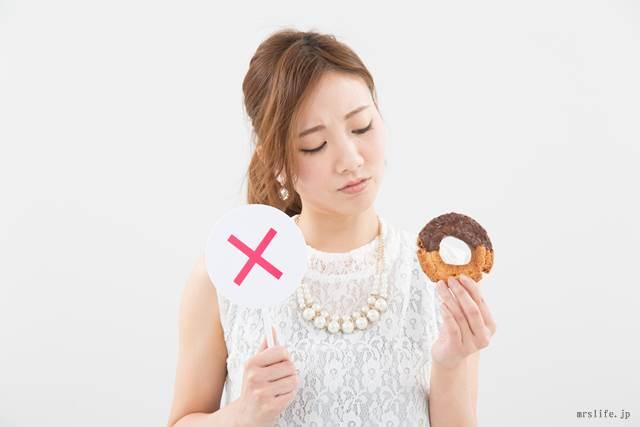 ドーナツを持つ女性