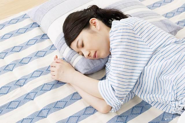 部屋で昼寝する女性