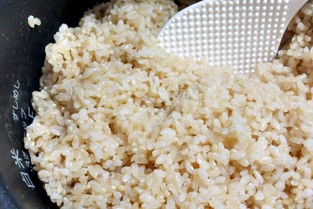 玄米を炊いている様子