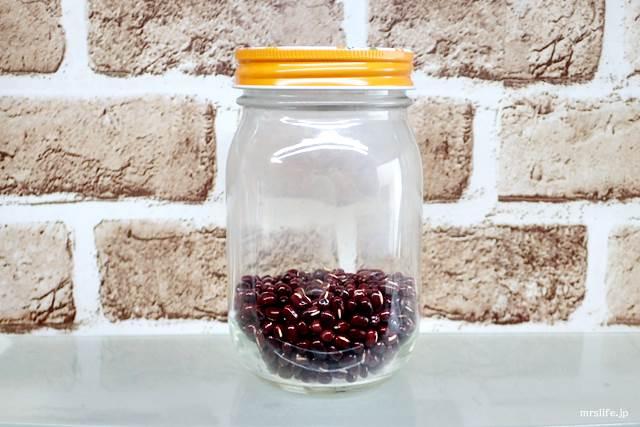 小豆を保存瓶に入れている様子
