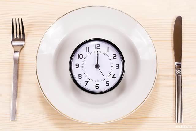 皿の上の置時計