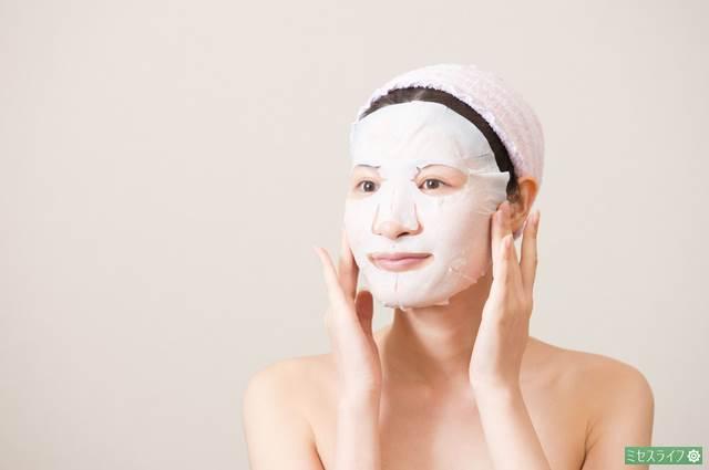 シートマスクをしている女性