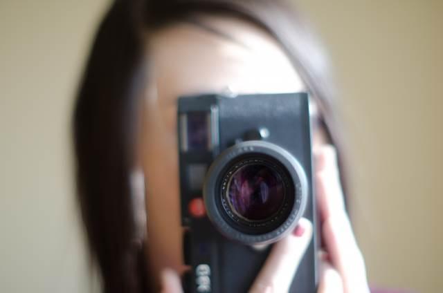デジカメで写真を撮る女性