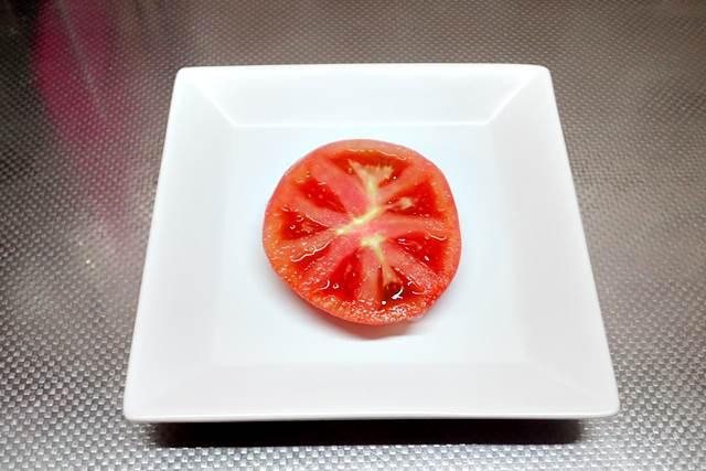 トマトを皿に置く