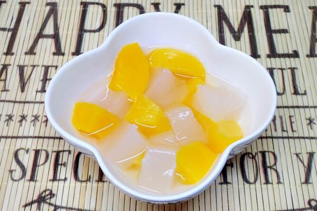 桃の缶詰のわらび餅