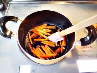 ニンジンを鍋に入れてひと煮立ち