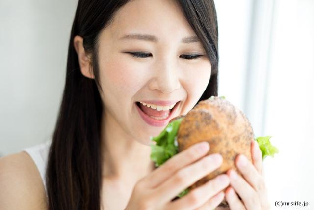 ハンバーガーを食べようとしてる女性