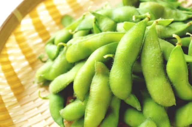 ざるの上の枝豆