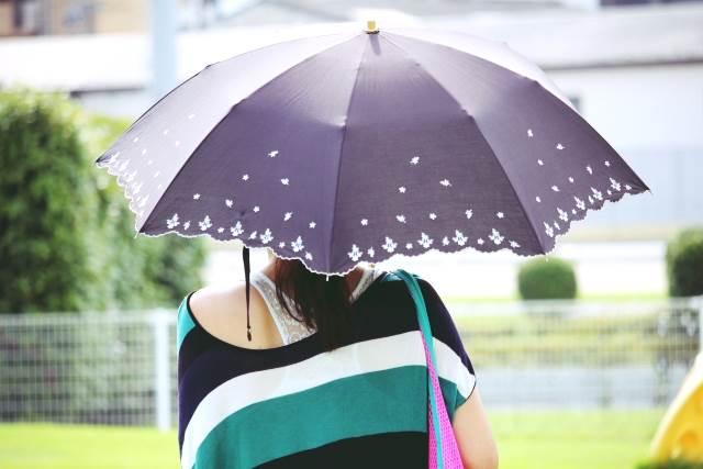日傘をさす女性