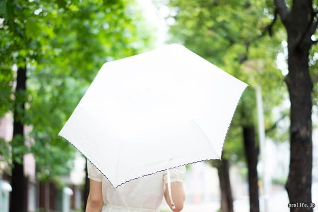 公園で日傘を使う女性
