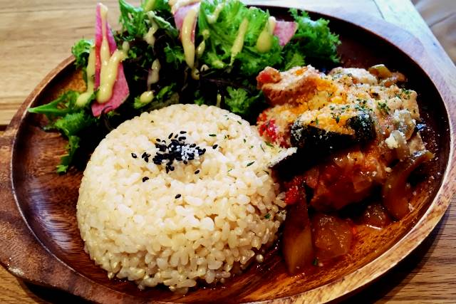 玄米やサラダ