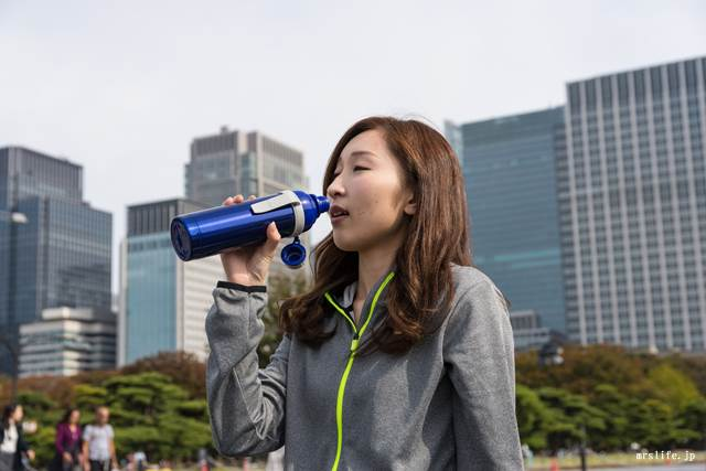 スポーツドリンクを飲む女性
