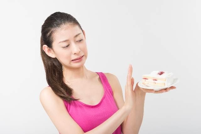 ケーキを我慢する女性