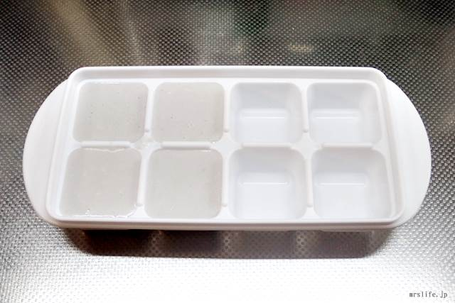 ココナッツヨーグルトが入った製氷皿