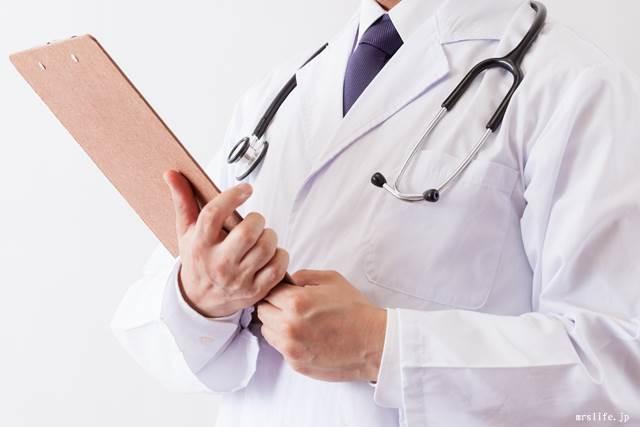 カルテを持つ医者