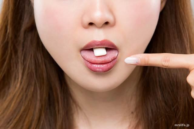 ガムを食べる女性