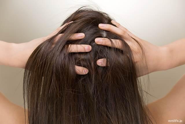 頭皮を触る女性
