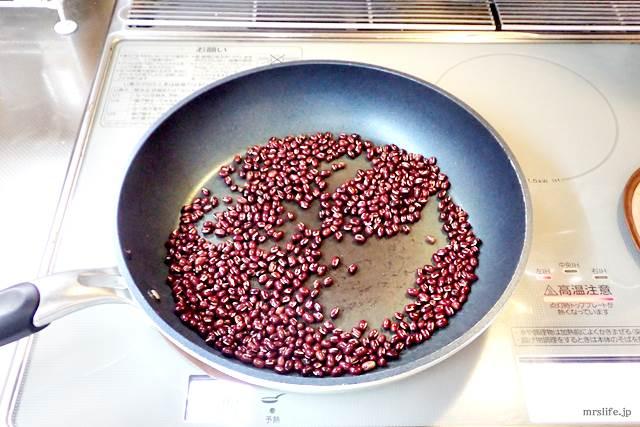 小豆を炒ている様子