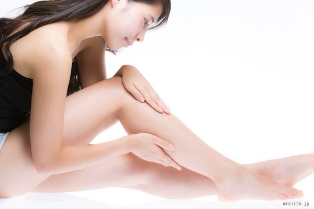 脚をケアする女性