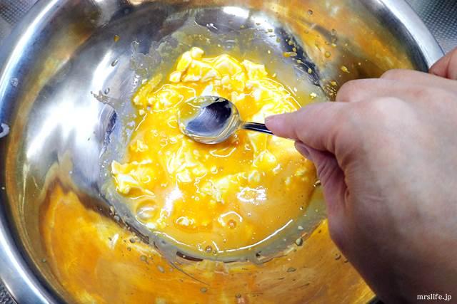 卵黄とクリームチーズを混ぜている様子