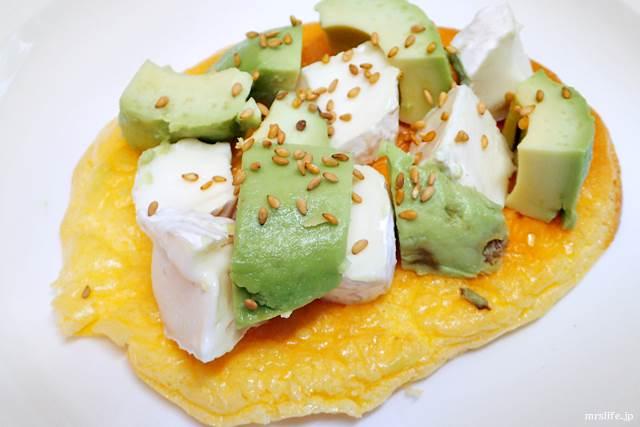 アボカド&カマンベールチーズ&ゴマのトッピング