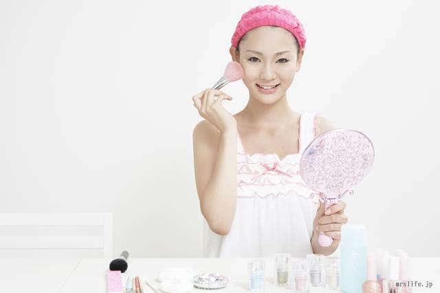 化粧をする女子