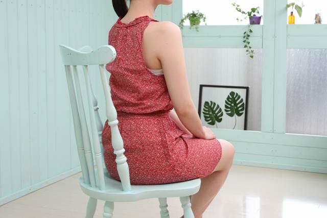 姿勢よく座る女性