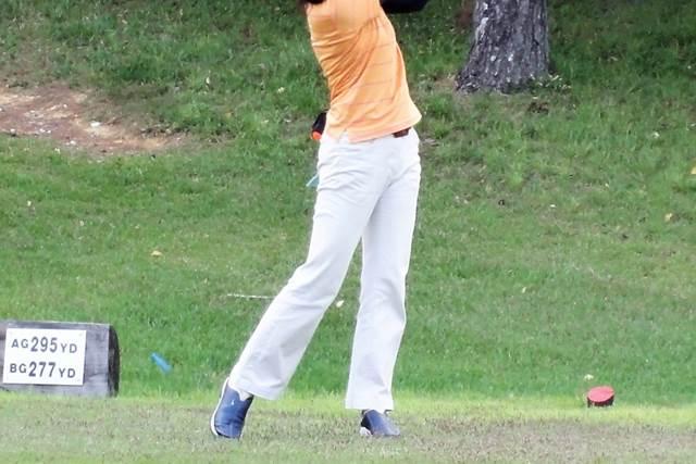 ゴルフをしている女性