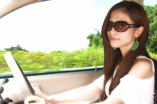 運転しているサングラスの女性