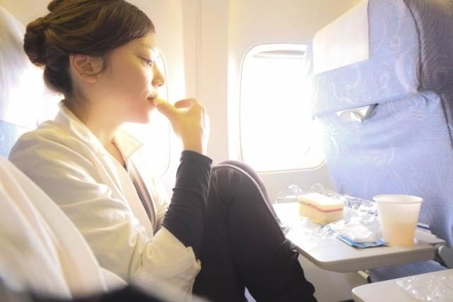 機内食を食べている女性