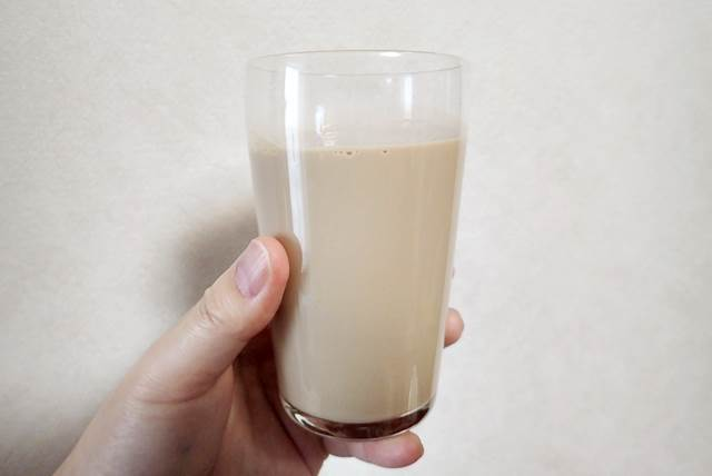 バターコーヒースイートをコップに移した様子