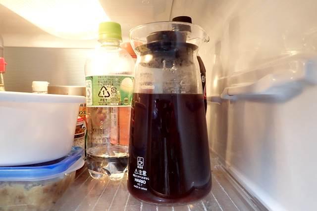 出汁を冷蔵庫に保存している様子
