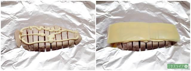 サラダチキンの上にマヨネーズとチーズ、パセリをのせている様子